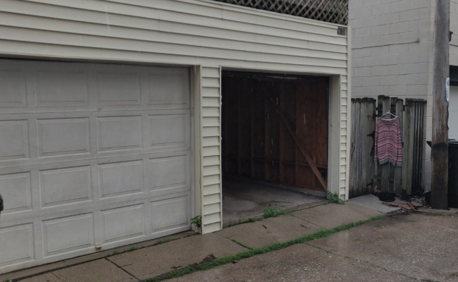 Garage parking on North Hoyne Avenue in Chicago