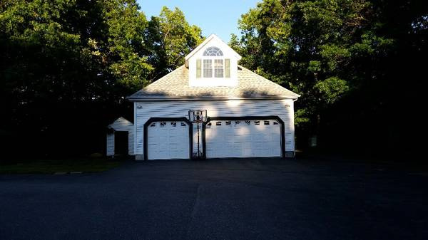 Garage parking on 8A Ridgeview Dr in Hooksett