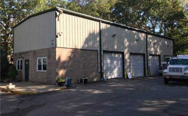 Garage parking on Secret Lake Loop in Lincoln