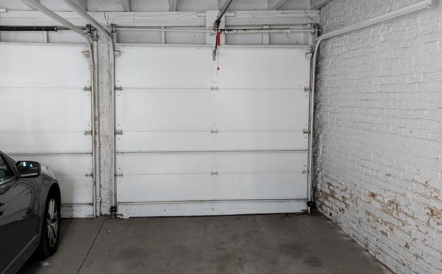 Garage parking on N Magnolia Ave in Chicago