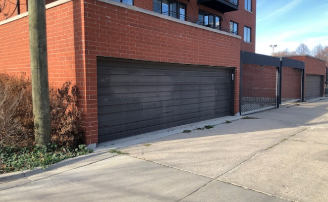 Garage parking on North Hudson Avenue in Chicago