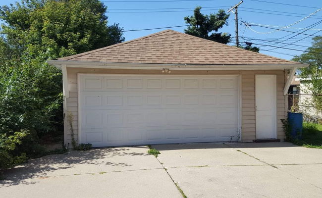 Garage parking on N Oriole Ave in Niles